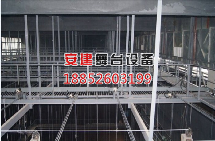 钢结构屋面允许承重,栅顶所有的重量全部分担于屋面或网架和四周大梁